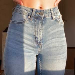 """Ljusblåa jeans från lager 157. Använt ett fåtal gånger, i bra skick. Storlek xxs i modellen """"snake"""" men är väldigt stretchiga, jag är vanligtvis en xs/s."""