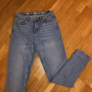 Fina blå jeans från bikbok tror de är mom eller boyfriend passform