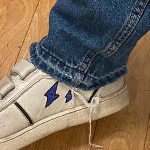 Säljer mina gamla favorit skor från Uggs som inte kommer till sån stor användning längre💕 i strl 37, har utsmyckat dem lite själv🥰
