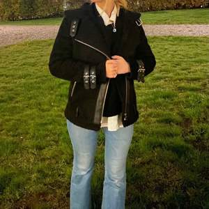 Säljer en svart mocka jacka med teddy krage och teddy foder. Köpt på Gina tricot! Perfect nu till våren🤝