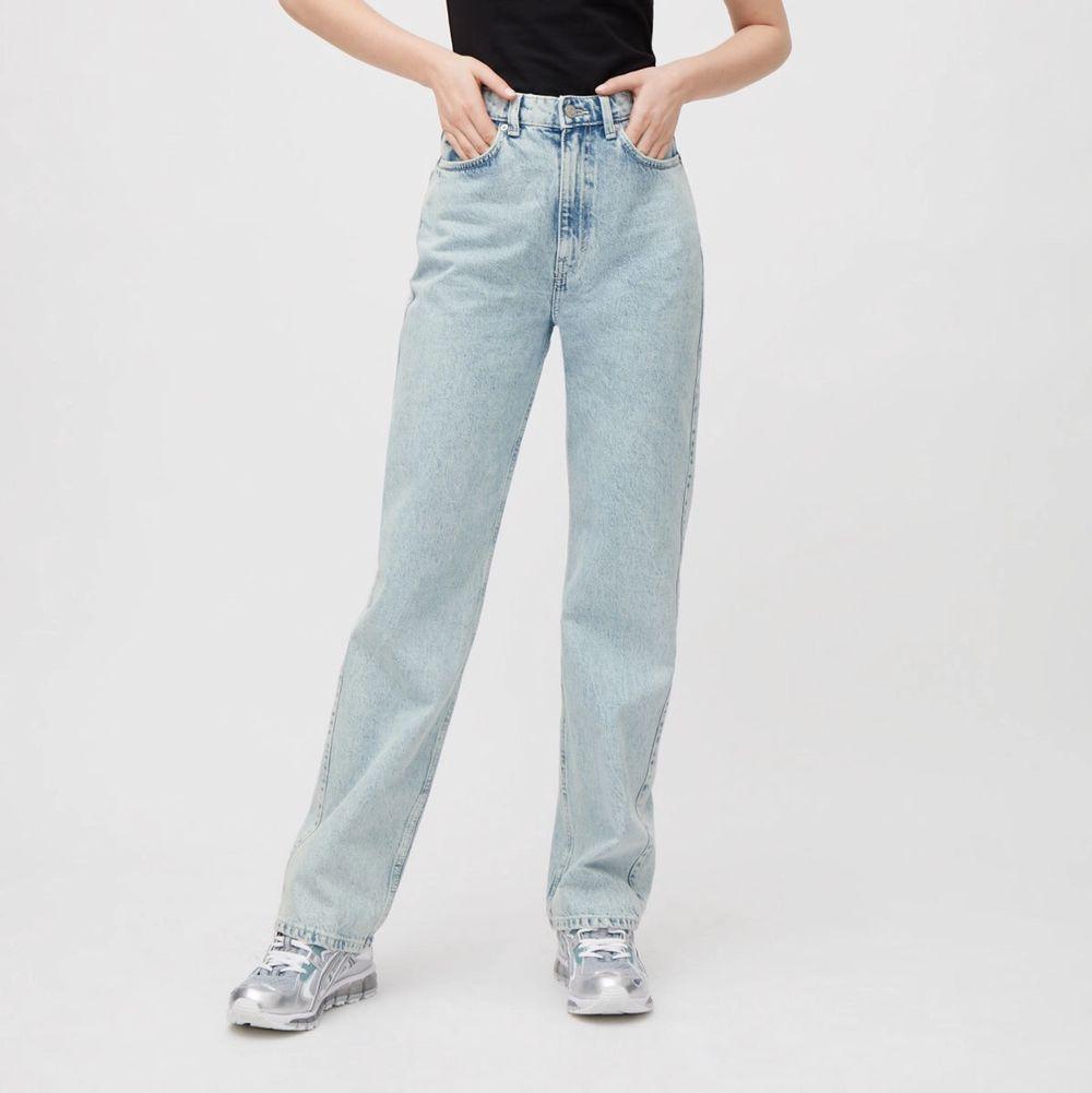 Säljer dessa populära jeans från weekday i storleken w25l30. Jag är 165cm lång. . Jeans & Byxor.
