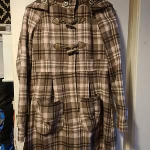 En super fin kappa i brunt och ljusrosa. Passar väldigt bra till stilen lolita. Storlek 164 men passar från XS-M det angedda priser är ink frakt,Kan ta (med rätt att neka) bud men då ingår inte frakten