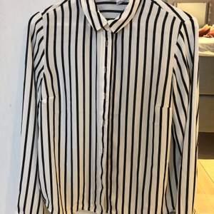 En super fin skjorta från hm i nyskick! Använd en gång😊 storlek 38 men passar mig med 34:) frakt tillkommer💕🍂