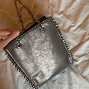 glittrig rymlig väska från zara🤩 använd fåtal gånger!