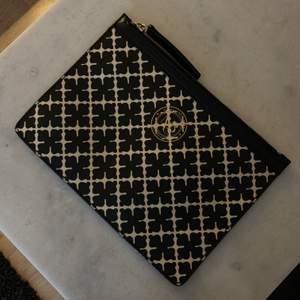Miniväska med läderdetaljer och dragkedja • Mått: 21 x 16 x 1 cm  Finns i Teleborg, Växjö eller betalas eventuell frakt av köpare (66kr)