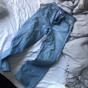 Vida jeans från weekday i strl w28 L30. Säljer pågrund av att de blivit lite korta på mig som är 173 cm lång. Fint skick! Köparen står för frakt 😌💕