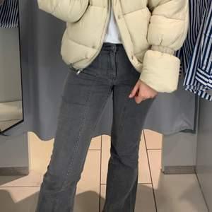 Fina gråa flare jeans från AFJxNAKD. Använda fåtal gånger, säljer då dem inte passar längre. Nyskick!!