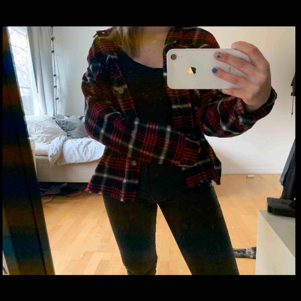 Röd svart vit rutig jacka/kofta ifrån Zara. Använd 1 gång endast, storlek XS. Jackor.