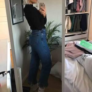 Skit  snygga jeans med slitningar vid fötterna