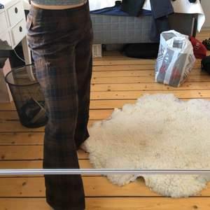 Skit coola rutiga kostym byxor från Tiger of Sweden. Lite stora i storleken men det är något som jag tycker gör de ännu finare. Två fickor på rumpan och två på framsidan💞