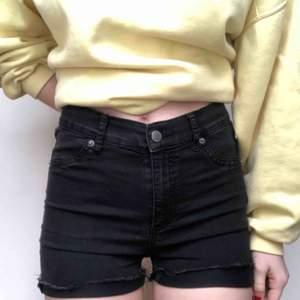 Höga, svarta jeansshorts från cheap monday! Perfekta för sommaren så passa på att fynda nu! Går att ha både uppvikta och inte, tror det är avklippta jeans! Möts i Stockholm eller så står köparen för frakt!🖤🖤🖤