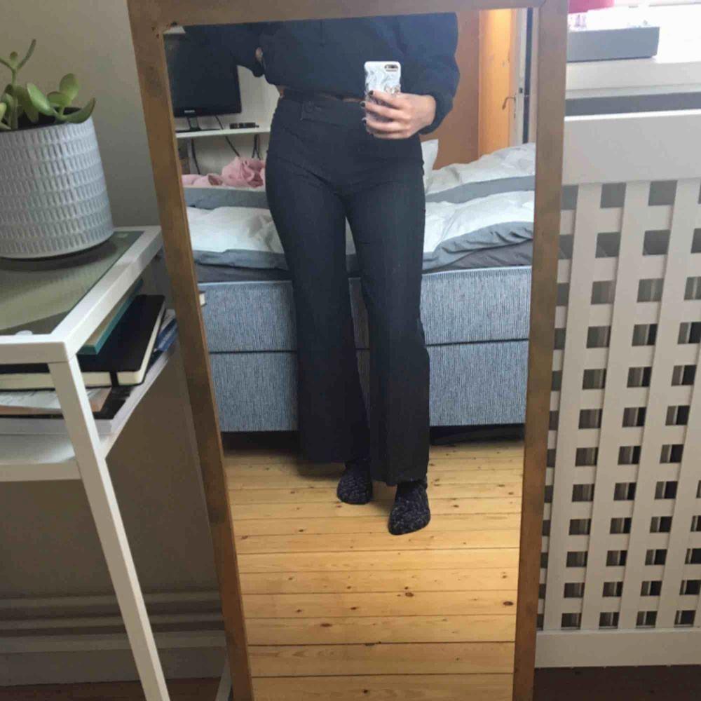 Säljer mina knappt använda kostymbyxor. De är svarta med ljusgrå ränder. De slutar mitt på naveln på mig och är väldigt sköna.  . Jeans & Byxor.