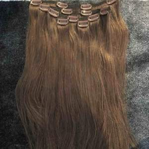 60cm long real human hair extensions. Almost like new. I paid 1200kr. Selling for 700kr. The color is light brown.