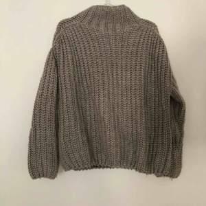 Gosig stickad tröja från Kylie och Kendalls kollektion för Pacsun för några år sedan! Köpt i Philadelphia och är mkt snålt använd. Är oversized så passar alla mellan xs-m