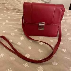 Superfin röd sidoväska från HM. Aldrig använd därav mycket bra skick. Köpare står för frakt.