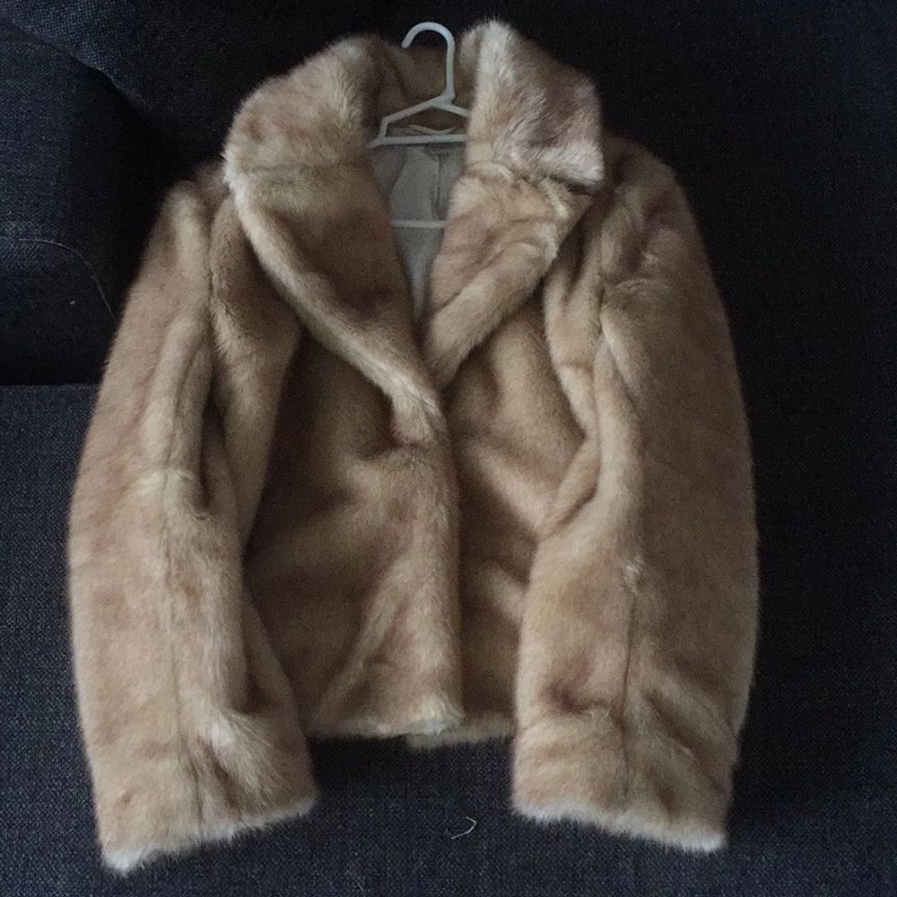 The jacket is almost new and in a perfect condition. Jackor.