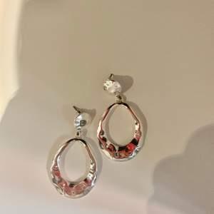 Örhängen i silver (ej äkta silver) som bara använts en gång. Frakten är inkluderad i priset!