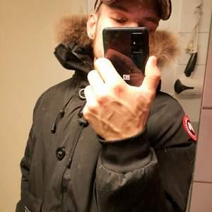 Säljer en svart jacka modell Chilliwack Bomber från Canada Goose. Storleken är CL men jag som normalt är Mpassar bra i den, passar de flesta. Använd ca 5v. Fått byta dragkedja runt huvan. Xtra päls finns för en extra slant. Skickas spårbart och kemtvättad