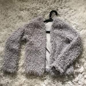 Jag säljer denna sköna jacka/kofta från Gina tricot, den är grå och i bra skick men jag har tyvärr växt ur den