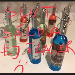 🥳NYA AKRYL KROCK DROPP ÖRHÄNGEN, KROCKEN ÄR UTAV Metall. Samma färg el Mixa Lökör färg kan man oxså göra. 1 par 59kr. Snabb leverastid:1-3 vardagar. bjuder på en glittrig etiet. Frakt 5kr  🌷🥳🍸🍾 postar inatt, är en nattuggla
