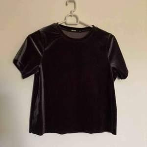 Cropped t-shirt från BikBok. Aldrig använd. Köparen står för frakt:)