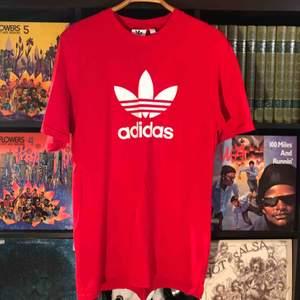 Röd adidas T-shirt som knappt är använd! Köparen betalar frakt på ca 50kr (Säljer åt min pojkvän)
