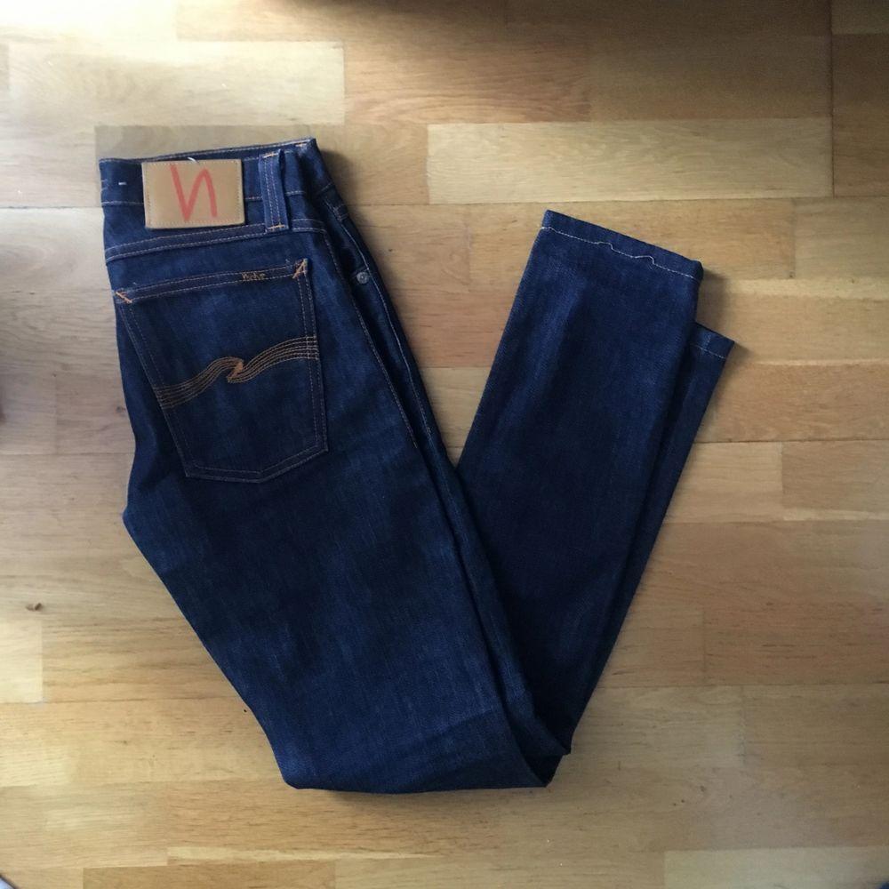 Säljer ett jätte fint par Nudie Jeans som tyvärr aldrig används!. Jeans & Byxor.