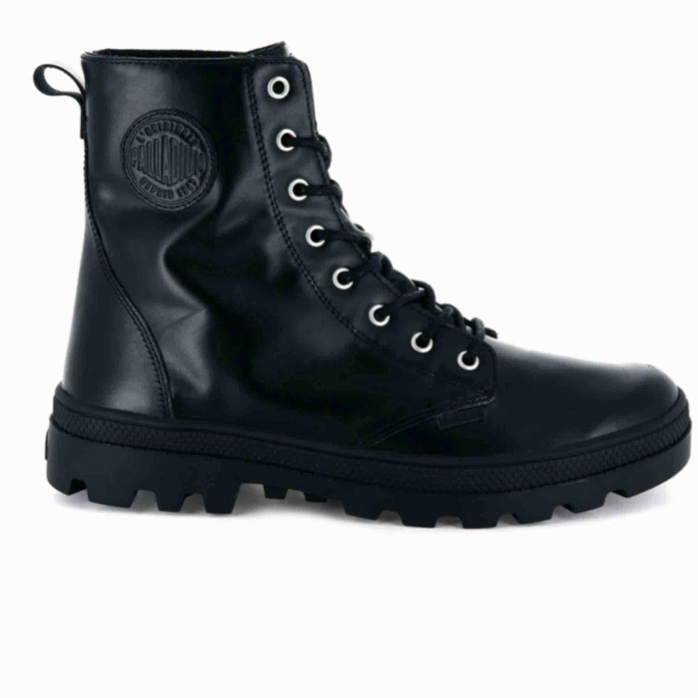 Svarta läderkängor ifrån Palladium. Se mer här: https://palladiumboots.eu/collections/womens/products/95527-008-m Inköpta vintern 2017, sparsamt använda då de är för små för mig. Nypris 1250kr. Skor.