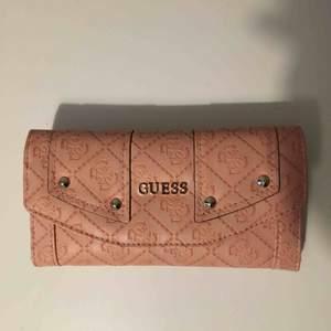 Oanvänd plånbok från guess, den är äkta, väldigt fin rosa färg!!