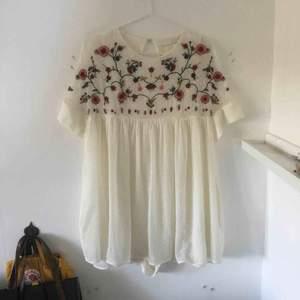 Jättesöt vit jumpsuit klänning med broderlig på bröstet från Zara. Köpare står för frakt!