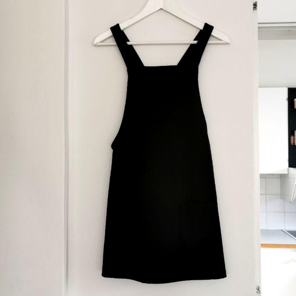 Fin klänning från Bik bok, lite i kortaste laget för mig, jag är 1.67, men går ju att ha byxor till också 😊 Frakt ingår i priset 🖤. Klänningar.