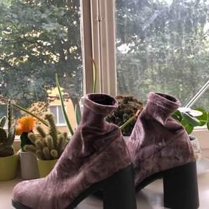 Bred klacksko på 7cm, i sammetsmaterial, använda en gång! Köpta på Din sko för två år sen :-)  kan mötas i stockholm, eller skicka (köparen står för frakten)