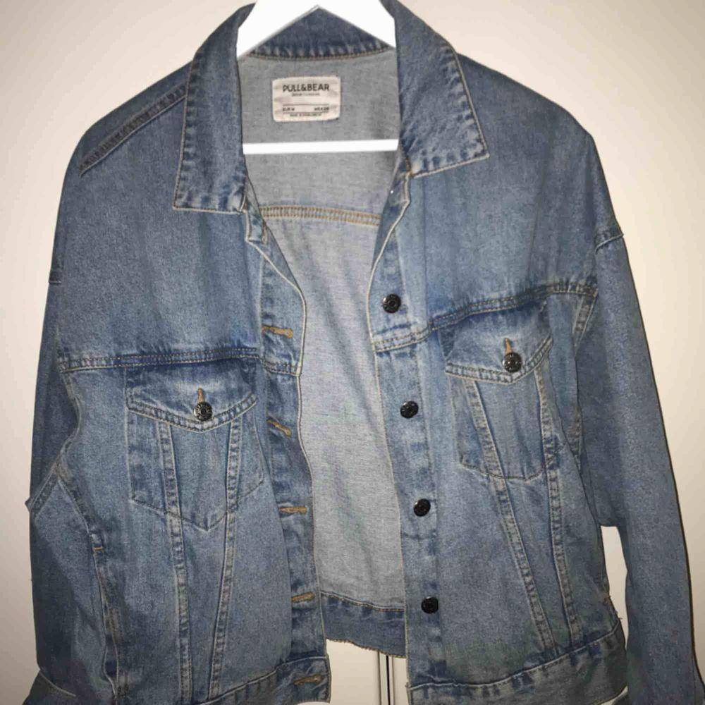 Jeansjacka från pull and bear! Inköpt för cirka 500kr. Möts upp i Stockholm, fraktar ej.. Jackor.