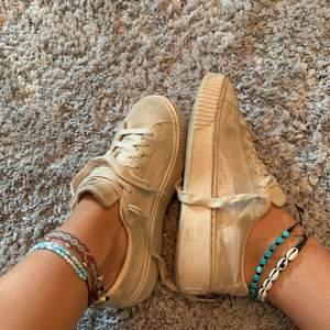 Dusty pink Puma skor. Materialet är lite smutsigt pga användning, men inga slitningar någonstans. Köpta på caliroots.