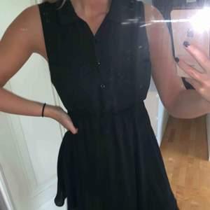 Svart klänning med knappar från H&M! Använd fåtal gånger!  Köparen betalar frakten! Endast Swish! 80:- eller bud!