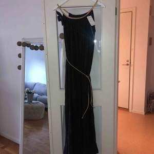 Vacker svart långklänning. Inköpt på en butik i Dubai. Oanvänd.