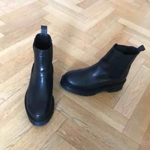 Säljer superfina boots med platå i skinn från zign inköpta förra vintern. De är för små och har därför bara blivit använda ett fåtal gånger. Inköpspris 1000kr.
