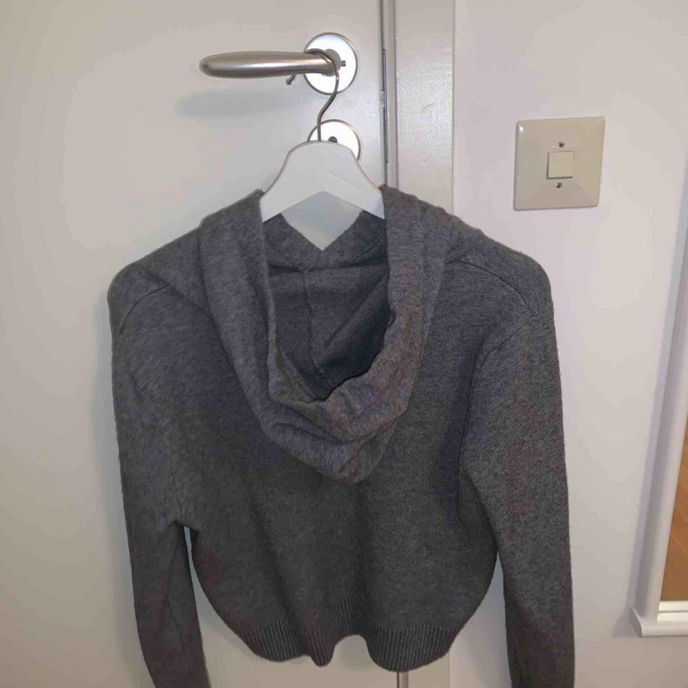 En ASCOOL hoodie från Zara. Modellen är lite croppad men inte så att man visar magen☺️ den är använd en gång i endast en timme typ så den är som ny. Köptes för 399 storlek medium men jag ör en xs och den passar även mig. Huvtröjor & Träningströjor.
