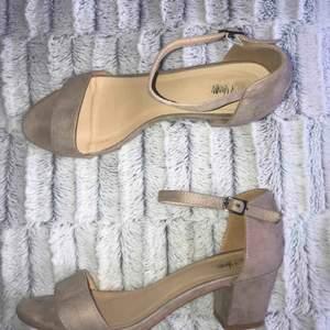 Nelly block heel sandal. Beige klacksko storlek 39-40