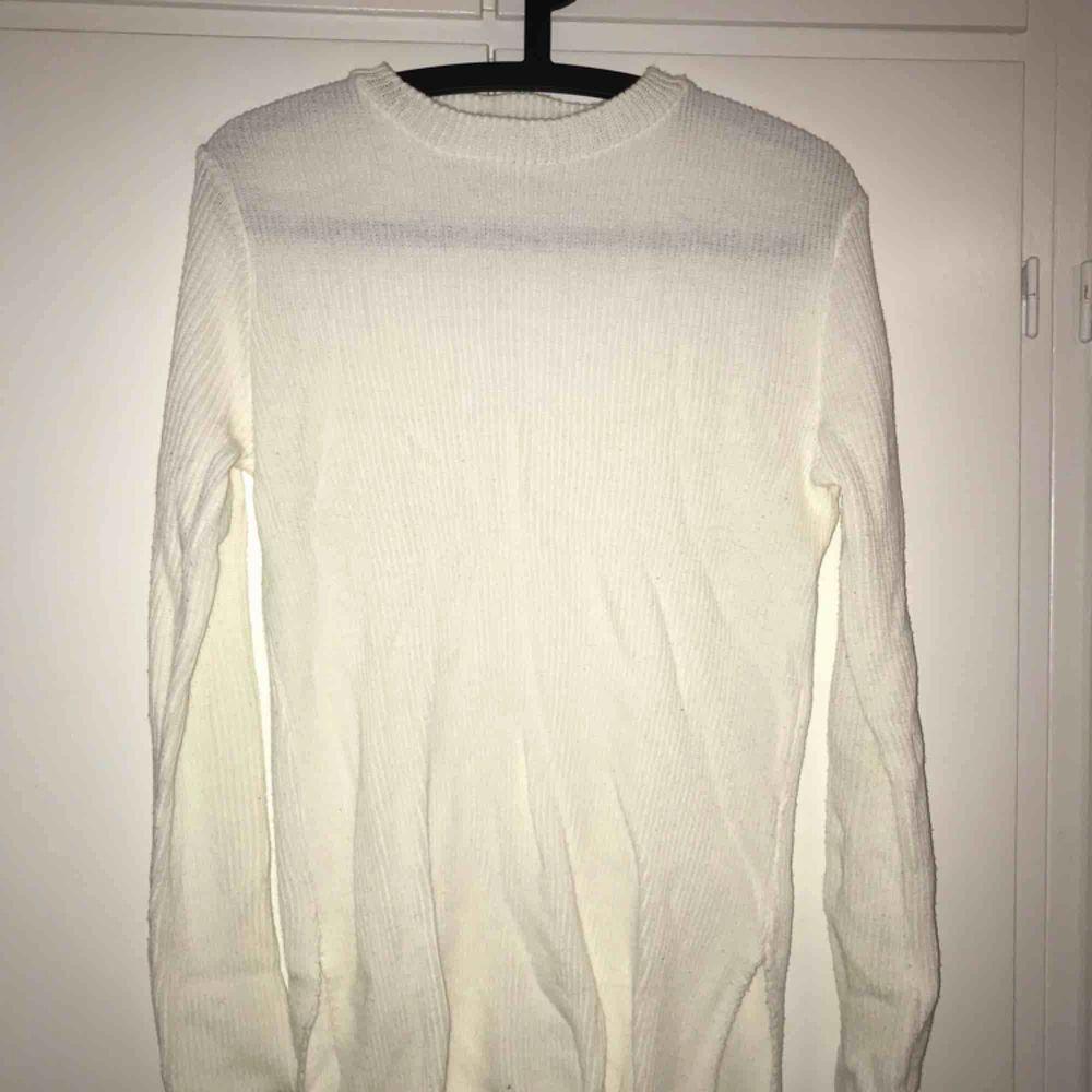 Vit tröja med liten slits i sidorna.. Tröjor & Koftor.