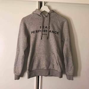 Peak performance hoodie, super bra skick. Storlek S.