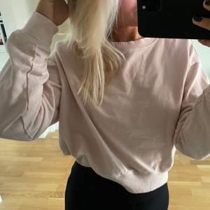 Rosa sweatshirt från hm, skulle säga att den är i storleken i S. Frakten ingår redan i priset!❣️❣️