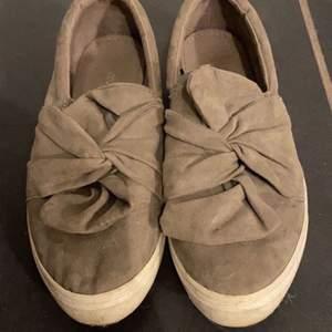 grå skor i moka material. verkligen superfina. dock lite försmå för mig. de är använda många gånger men har inga fläckar eller hål eller trådar.