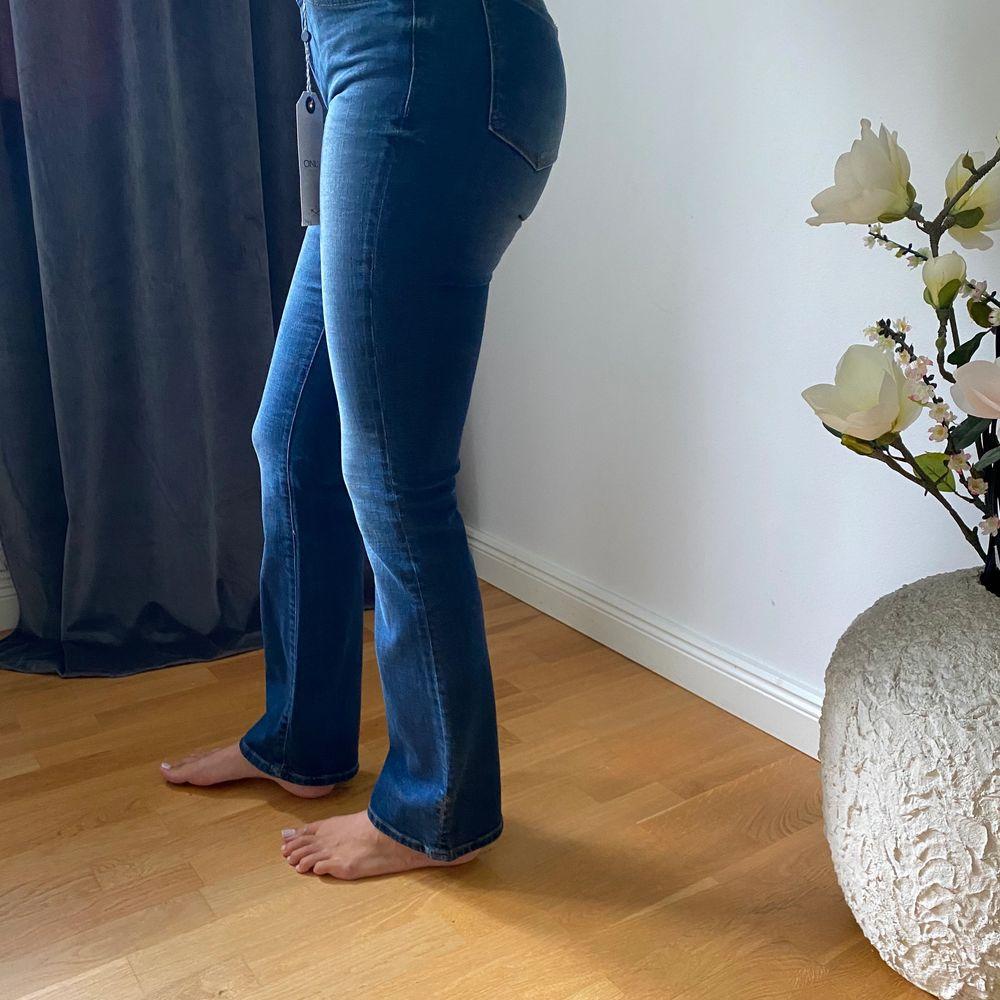 Helt oanvända jeans från only, prislapp kvar. Storlek 26/32💙  nypris 600kr. Jeans & Byxor.