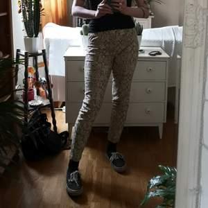 Snygga leggings från Bohemiska märket SPELL, köpta för ca 600kr, väldigt sparsamt använda. Resår i midjan. Har två bakfickor. Normal midjade. Färgerna är beige, brunsvart och äggskalsvit skulle jag säga. Pris kan diskuteras. Frakt 68 kr.