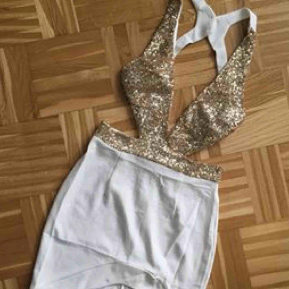 Jättesnygg klänning med öppenrygg. Oanvänd. Som ny. . Klänningar.