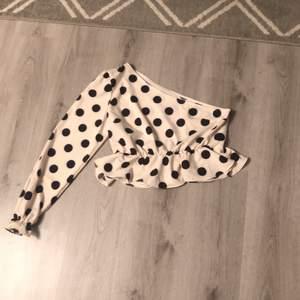 Cute one shoulder top from SHEIN oanvänd. Köparen står för frakten!!!