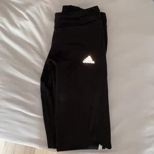 adidas sport leggings, klassiska svarta med vita ränder.