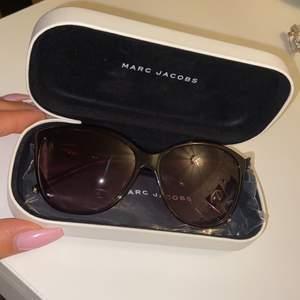 Säljer ett par solglasögon, i ny skick tagit väl hand om det och inga repor finns. Skickas med paket och putsduk. Såklart äkta och kvitto finns!! 🕶🎀
