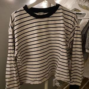 Randig sweatshirt från Monki i bra skick!
